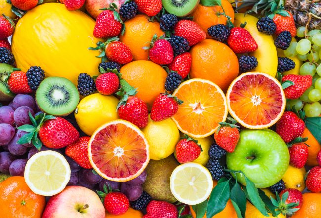 Färggranna grönsaker, frukter och bär